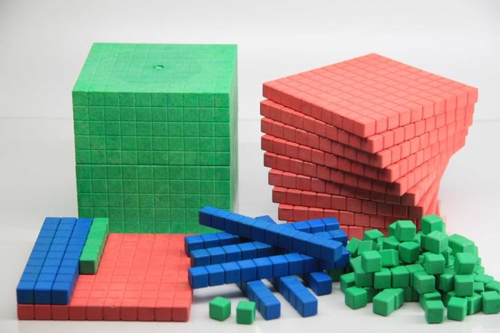 Farbiges Dienes Grundsortiment aus RE-WOOD® Montessori