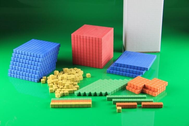 Farbiges Dienes Grundsortiment aus RE-WOOD®, im Karton